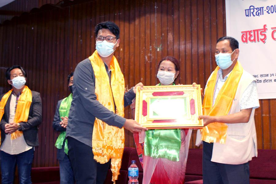 एमबीबीएस प्रवेश परीक्षामा नाम निकाल्न सफल थारु विद्यार्थीहरु सम्मानित